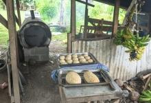 Baker brød i vedfyrt ovn